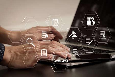 Diagrama Virtual de Cumplimiento de normativas, leyes, estándares, requisitos y auditoría. Mano de hombre de negocios trabajando con teléfonos inteligentes y portátiles y tabletas digitales en la oficina moderna