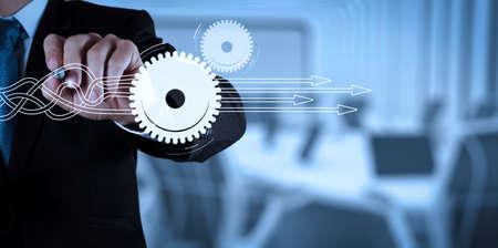 Pensando di strutturare il diagramma virtuale del processo aziendale con soluzioni. successo dell'uomo d'affari che lavora con il suo sfondo di sala riunioni