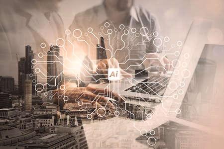 ロンドンの建物とスマートフォンとのデジタルタブレットノートパソコンでオフィスで働く成功ビジネスマンの二重露出、フィルタ効果