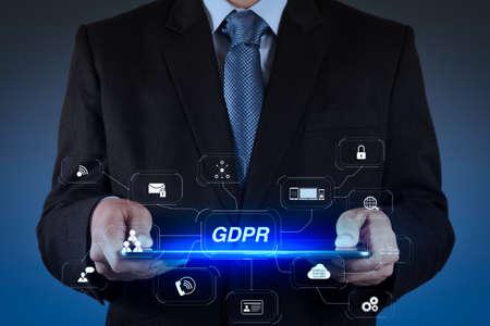 DSGVO. Datenschutzverordnung mit Cyber-Sicherheit und Datenschutz virtuelles Diagramm. Businessman Hand mit Tablet-Computer Standard-Bild