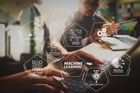 人工知能(AI)、ニューラルネットワーク、自動化、VR画面でのデータマイニングを備えた機械学習技術図。デジタルタブレットを使用して創造的なオフィススペースで働く起業家チーム、コワーキングプロセス。
