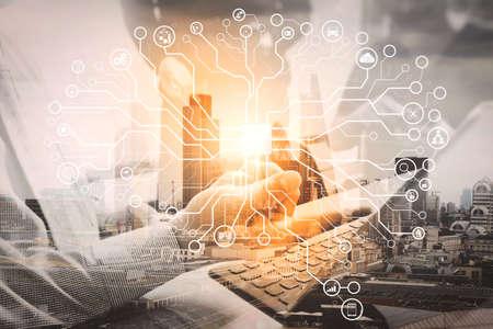 人工知能(AI)、仮想ダッハボード上のデータマイニング技術を使用した機械学習。二重暴露、スマートフォンとラップトップコンピュータとグラフ金融とオフィステーブル上のビジネス文書。 写真素材 - 104757339