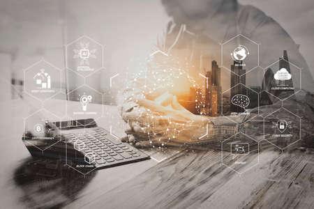Futuristisch in Industrie 4.0 und virtuellem Geschäftsdiagramm mit Ai, Roboterassistent, Cloud, Big Data und Automatisierung. Geschäftsmann, der mit neuem Startprojekt arbeitet. Verwenden des digitalen Tablets des Smartphones, das intelligente Tastatur andockt.