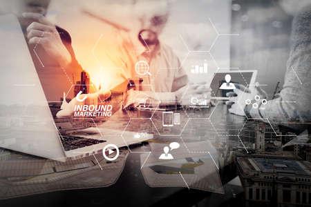 가상 다이어그램 대시 보드 및 온라인 또는 권한 시장 concept.co 작업 팀 회의 개념, 런던 도시 노출이있는 스마트 폰 및 디지털 태블릿 및 랩톱 컴퓨터를 사용하는 사업가가있는 인바운드 마케팅 비즈니스