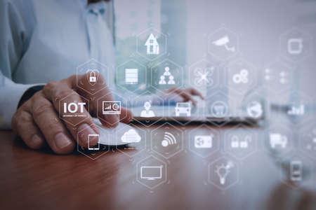 Tecnología de Internet de las cosas (IOT) con AR (Realidad aumentada) en el panel de realidad virtual. Mano de hombre de negocios trabajando con tecnología moderna como concepto de estrategia empresarial