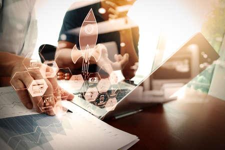 financiële technologie stroomdiagram en basisinkomen mijnbouw cryptocurrency met blockchain opstarten eenhoorn crypto geld virtueel diagram. zakenman hand werken met nieuwe moderne computer. Stockfoto