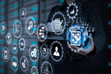 Das virtuelle AR-Bildschirm-Dashboard mit Projektmanagement mit Symbolen für Planung, Budgetierung, Kommunikation. Die Geschäftsfrau, die einen Tablet-Computer verwendet, zeigt das Konzept eines sozialen Netzwerks