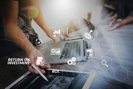 ROI Return on Investment-Indikator im virtuellen Dashboard zur Verbesserung des Geschäfts. Business-Team-Meeting anwesend. Foto professioneller Investor, der mit neuem Startprojekt arbeitet. Treffen der Finanzmanager. Standard-Bild
