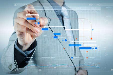 Project manager che lavora e aggiorna le attività con la pianificazione dei progressi delle pietre miliari e la pianificazione del diagramma di Gantt diagramma virtuale.