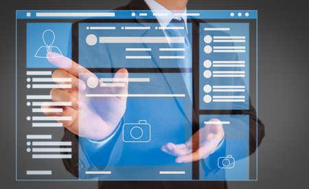 Navigateur de page Web de l'interface VR de la page des médias sociaux sur l'ordinateur portable.La main de l'homme d'affaires en appuyant sur un bouton imaginaire sur l'écran virtuel