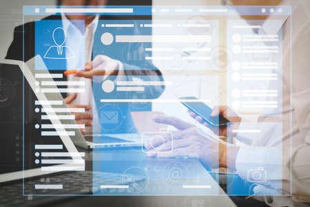 Navigateur de page Web de l'interface VR de page de médias sociaux sur le concept de réunion de l'équipe de travail ordinateur portable. Banque d'images