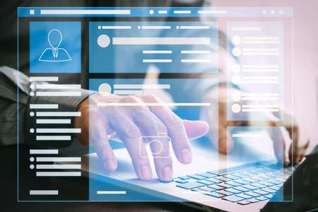 Browser della pagina Web dell'interfaccia di pagina VR di social media sul computer portatile. Uomo d'affari che lavora con il computer portatile sulla scrivania in legno in ufficio moderno