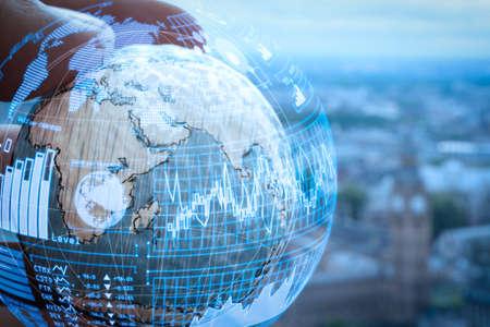 Intelligence (BI) et analyse commerciale (BA) avec tableau de bord des indicateurs de performance clés (KPI) dans le concept de forme de globe VR. Gros plan de la main de l'homme d'affaires montrant la texture du monde avec le diagramme de réseau de médias sociaux numériques.