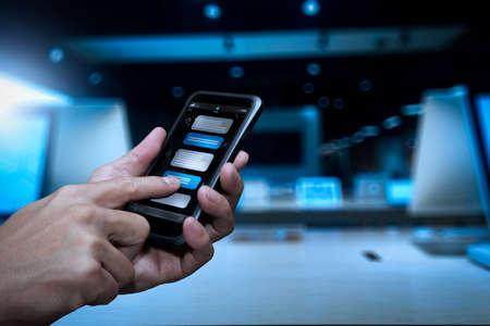 Conversation de chatbot avec interface d'application d'écran de smartphone et assistant virtuel de traitement de technologie d'intelligence artificielle avec informations de support client, main d'entreprise tenant un téléphone mobile. Banque d'images