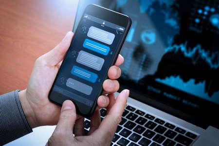 Conversation de chatbot avec interface d'application d'écran de smartphone et assistant virtuel de traitement de technologie d'intelligence artificielle avec informations de support client, main d'entreprise tenant un téléphone mobile.