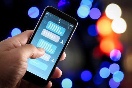 Chatbot-Konversation mit Smartphone-Bildschirm-App-Oberfläche und virtueller Assistent für die Verarbeitung künstlicher Intelligenz mit Kundenunterstützungsinformationen, Geschäftshand, die das Mobiltelefon hält.