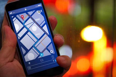 Zbliżenie turysty za pomocą nawigacji po mapie GPS na ekranie aplikacji smartfona w celu uzyskania kierunku do adresu docelowego w mieście z koncepcją podróży i technologii.