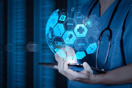 世界またはグローバルなフォームとARインターフェイスを持つ医療および医療サービスのコンセプト。デジタル背景をコンセプトにしたデジタルタブレットで作業する医師 写真素材