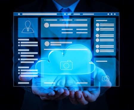 Browser della pagina Web dell'interfaccia VR della pagina dei social media sul computer portatile. Un diagramma di Cloud Computing sulla nuova interfaccia del computer come concetto