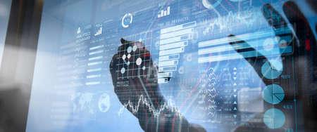 主要業績評価指標 (KPI) ダッシュボードの概念を持つインテリジェンス (BI) およびビジネス分析 (BA)スマート フォンとデジタルデザイン図を使用してデジタル タブレットとコンピューターのラップトップを作業する Web サイト デザイナー。 写真素材 - 107916485