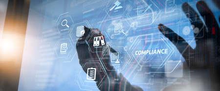 Diagrama virtual de cumplimiento para regulaciones, leyes, estándares, requisitos y concepto de reunión del equipo de trabajo audit.co, empresario con teléfono inteligente y tableta digital y computadora portátil en la oficina moderna