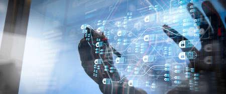Concepto de tecnología blockchain con diagrama de cadena y bloques encriptados mano de empresario con tableta y fondo de sala de servidores
