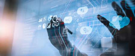 System zarządzania danymi (DMS) z koncepcją Business Analytics. biznesmen, z którym współpracuje, dostarcza informacji na temat kluczowych wskaźników wydajności (KPI) i analiz marketingowych na wirtualnym komputerze Zdjęcie Seryjne