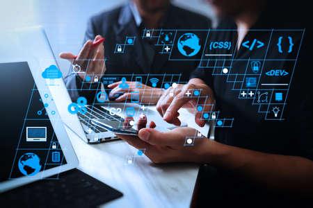 コーディングソフトウェア開発者は、スクラムアジャイル開発のAR新しいデザインダッシュボードコンピュータアイコンと、応答性の高いサイバーセキュリティを備えたコードフォークとバージョン管理を使用します。ビジネスチーム会議と投資家の働き 写真素材 - 107979982