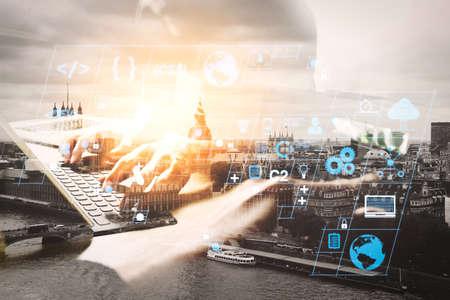 El desarrollador de software de codificación trabaja con los íconos de computadora del tablero de nuevo diseño de AR de desarrollo ágil de scrum y bifurcación de código y control de versiones con ciberseguridad receptiva. Doble exposición, equipo de programación de inicio.