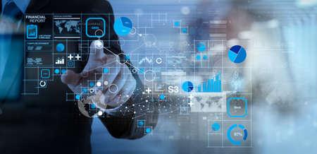 Datos del informe financiero de las operaciones comerciales (balance y estado de resultados y diagrama) como concepto de Fintech. Mano de hombre de negocios que trabaja con tecnología moderna y efecto de capa digital como estrategia comercial