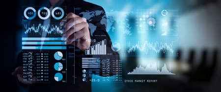 Investitore che analizza il rapporto del mercato azionario e il cruscotto finanziario con la business intelligence (BI), con gli indicatori di prestazione chiave (KPI). Mano di uomo d'affari che lavora con il programma delle finanze su un computer widescreen.