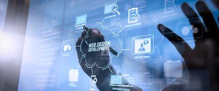 仮想図でのウェブサイト設計を用いたプログラミングとコーディング技術の開発.サイバーセキュリティインターネットとネットワークの概念。携帯電話でVR画面南京錠アイコンを使用して作業ビジネスマンハンド。 写真素材 - 107980245