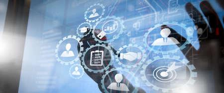 Gestión de recursos humanos con concepto de trabajo empresarial de contratación. El gerente de recursos humanos está seleccionando un candidato para la contratación con una computadora de pantalla virtual.
