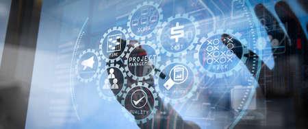 コスト、時間、範囲、人事、リスク、品質、アイコンによるコミュニケーションのプロジェクト管理図。広い画面のコンピュータで働くビジネスマン。