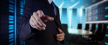 homme d'affaires workimg sur ordinateur à écran tactile large blanc vr sur fond flou de bureau.