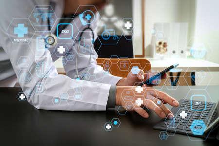 フラットラインARインターフェースを備えたヘルスケアと医療技術サービスのコンセプト。病院の近代的なオフィスでスマートフォンと聴診器とデジタルタブレットコンピュータを扱う医師 写真素材 - 107981080
