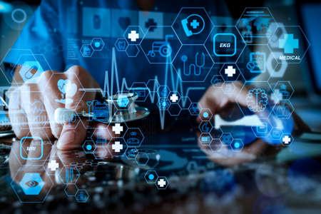 フラットラインARインターフェースを備えたヘルスケアと医療技術サービスのコンセプト。医学のネットワークの概念として現代のコンピュータインターフェイスと働く医学の医者手 写真素材 - 107981090