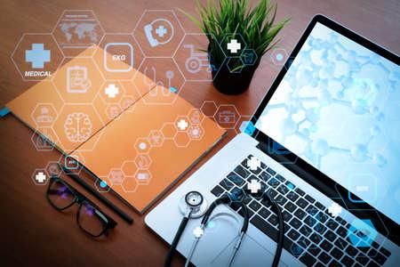 医療コンセプトとして、フラットラインARインタフェースを備えたヘルスケアと医療技術サービスのコンセプト.モダンなラップトップコンピュータとDNAダイアグラム画面を木製の机の上に 写真素材 - 107981094