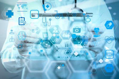 フラットラインARインターフェースを備えたヘルスケアと医療技術サービスのコンセプト。医療ワークスペースオフィスでラップトップコンピュータを使用してワークスペースで働く医師 写真素材 - 107981099