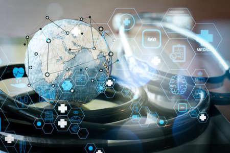 フラットラインARインターフェースを備えたヘルスケアと医療技術サービスのコンセプト。医療ネットワーク概念としてデジタルタブレットと聴診器とテクスチャグローブのスタジオマクロ 写真素材 - 107981109