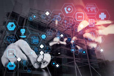 ダークウッドデスク、ロンドンの都市暴露、スマートメディカルドクターがスマートフォンと聴診器を使用して働くフラットラインARインターフェイスを備えたヘルスケアと医療技術サービスのコンセプト 写真素材 - 107981115