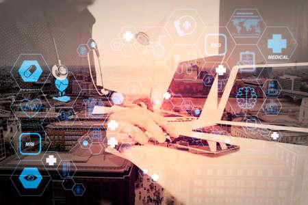 スマート・電話とデジタルタブレット、ノートパソコン、および木材デスクの聴診器を扱う、フラットラインARインターフェースを備えた医療・医療技術サービスのコンセプト 写真素材 - 107981126