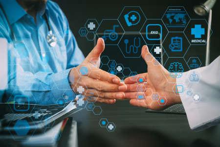 フラットラインARインターフェースを備えたヘルスケアと医療技術サービスのコンセプト。医療・ヘルスケアの概念、病院の近代的なオフィスで握手する医師と患者 写真素材 - 107981142