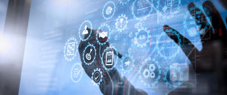 Pulpit nawigacyjny ekranu wirtualnego AR z zarządzaniem projektami z ikonami planowania, budżetowania, komunikacji. Biznesmenka korzystająca z komputera typu tablet pokazuje koncepcję sieci społecznościowej