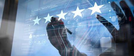 Pięć gwiazdek (5) z biznesmenem dotyczy dotykania ekranu komputera wirtualnego. Za pozytywne opinie klientów i recenzje z doskonałą wydajnością.