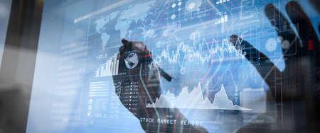 Investisseur analysant le rapport boursier et le tableau de bord financier avec l'intelligence d'affaires (BI), avec des indicateurs de performance clés (KPI) .justice et concept de droit.Avocat de sexe masculin au bureau avec le marteau, travaillant avec un téléphone intelligent.