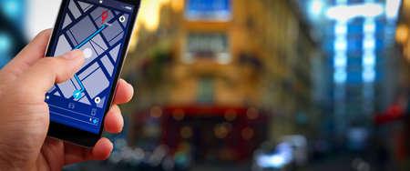 Primo piano di turista utilizzando la navigazione GPS sulla schermata dell'applicazione smartphone per la direzione verso l'indirizzo di destinazione in città con il concetto di viaggio e tecnologia.