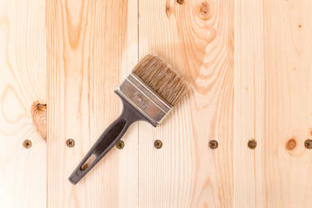 brush with the varnish on a wooden table Stockfoto