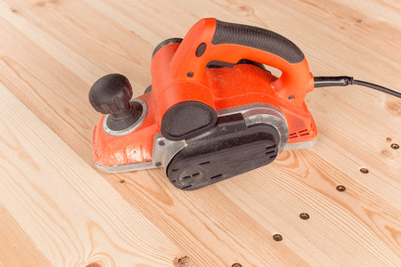 side view of the electric planer on a wooden table Stockfoto
