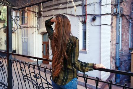 soledad: Vista trasera de una mujer mirando a la ciudad, tristeza, soledad